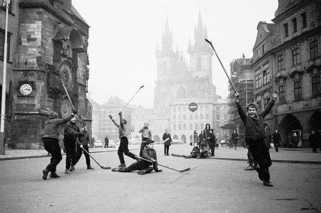 Τα παιδιά παίζουν χόκεϊ στην πλατεία της παλιάς πόλης