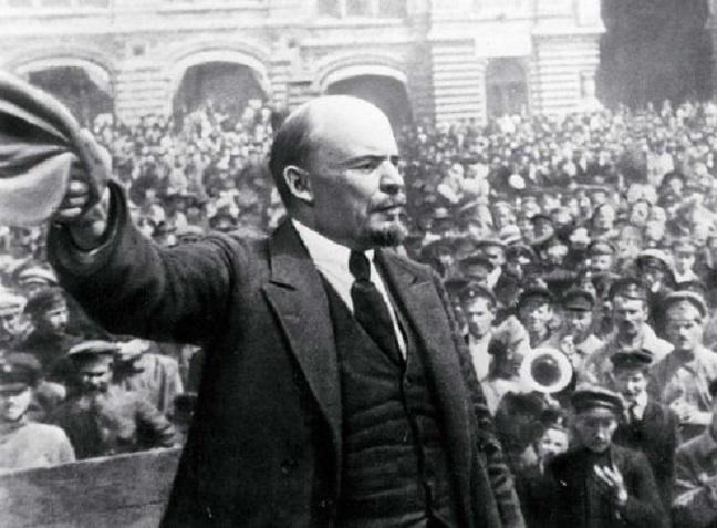 Πλάνο από την «Πτώση της Δυναστείας των Ρομανώφ» με τον Λένιν σε υλικό επικαίρων που χρησιμποιήθηκε για πρώτη φορά από την Σουμπ