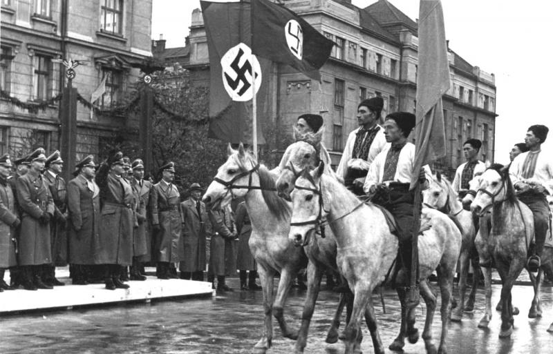 Παρέλαση Ουκρανών ναζί της OUN στην πόλη Στανισλάβ (σήμερα, Ιβάνο – Φρανκόβσκ, δυτική Ουκρανία) προς τιμήν της επίσκεψης του ναζί Γερμανού κατοχικού κυβερνήτη της Πολωνίας, Χανς Φρανκ, τον Οκτώβριο του 1941. Από μία άποψη, με αυτήν την φωτογραφία επιβεβαιώνεται το «μια εικόνα – χίλιες λέξεις»...