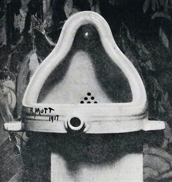 """To """"συντριβάνι"""" ή ο ανάστροφος ουρητήρα του Marcel Duchamp, φωτογραφημένος από τον φωτογράφο Alfred Stieglitz"""