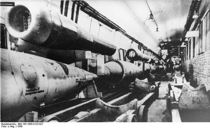 """ADN-ZB/Repro/23.1.85/Bez. Erfurt: Gedenken an Antifaschisten/ In unterirdischen Stollen des faschistischen Konzentrationslagers """"Mittelbau Dora"""" bei Nordhausen hatte das Rüstungsunternehmen Mittelwerk GmbH einen Rüstungskomplex errichtet. Unter Ausbeutung von KZ-Häftlingen wurden hier Raketen gebaut (V 1 und V 2). Durch gezielte Sabotage der Widerstandsorganisation, zu der auch der am 23.1.45 im KZ ermordete Antifaschist Albert Kuntz gehörte, war etwa ein Drittel der Raketen, die den Krieg für Hitler entscheiden sollten, unbrauchbar. Das Foto zeigt einen der Montagestollen für V-Waffen (Reproduktion einer Aufnahme von 1945)."""