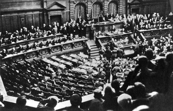 Blick in den Reichstag und auf die leeren Stuhlreihen der Opposition während der Rede von Reichskanzler Dr. Heinrich Brüning am 13. Oktober 1931. Die Oppositionsparteien hatten vorher den Plenarbereich verlassen.