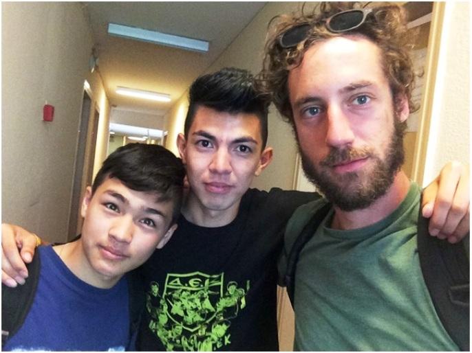 O Peyman με τον σκηνοθέτη Giorgio Bosisio και τον φίλο του, Αμπάς, στο City Plaza.