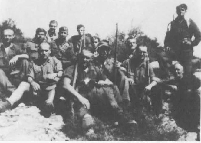 Στελέχη της Αντιφασιστικής Επιτροπής «Ελεύθερη Γερμανία» με αντάρτες του ΕΛΑΣ έξω από τον Βόλο, Αύγουστος 1944 (από τον συλλογικό τόμο Ιστορία του 20ού αιώνα).