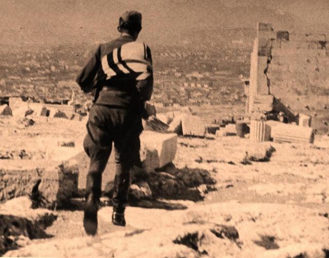 Γερμανός στρατιώτης αποχωρεί από την Ακρόπολη μαζί με τον αγκυλωτό σταυρό.