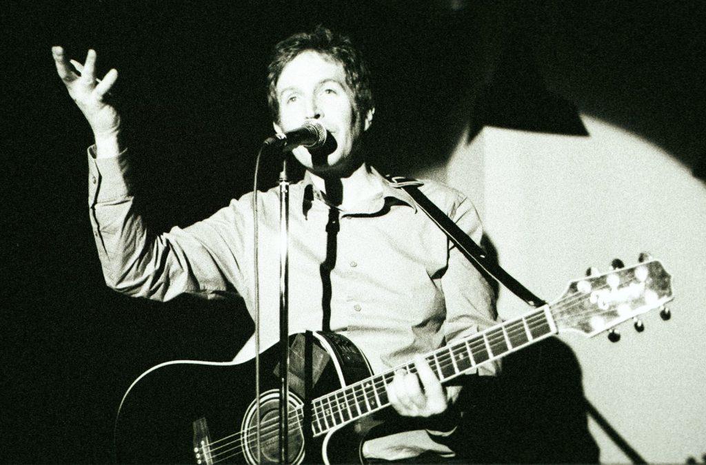 Ο Steve Wynn στο ακουστικό live του στο Corto Maltese, στου Ψυρρή, το 2003 (φωτό Φαίη Παπαντωνάκη)