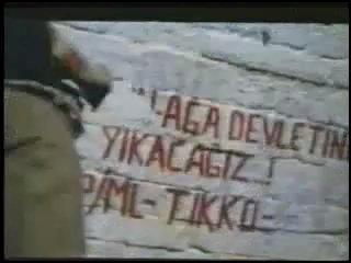Σκηνή από τον Τοίχο (Duvar)1983. Γραμμένα συνθήματα ανταρτών του Tikko και του TKP/ML στη φυλακή